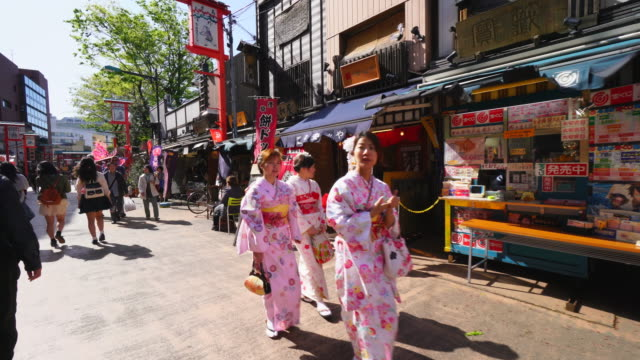 tl walking camera is going through the denpoin-dori. camera captures many traditional japanese gift shops and restaurants along the both side of street. - ペディキャブ点の映像素材/bロール