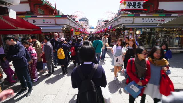 Walking camera is going through the Nakamise-dori
