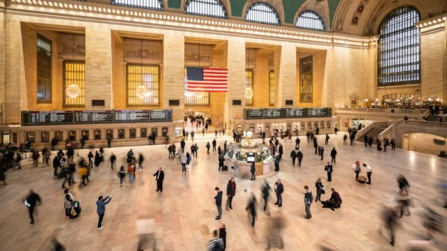 t/l ws ha walking pendler in grand central terminal/new york city, usa - station stock-videos und b-roll-filmmaterial