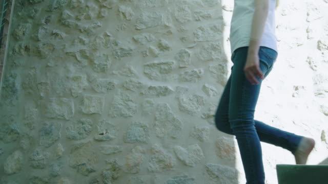 walking down stairs - 12 13 år bildbanksvideor och videomaterial från bakom kulisserna