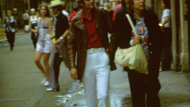 vidéos et rushes de walking down street / signage for toulouse and royal / posing in front of monteleone / orleans tourists on may 01 1973 in new orleans lousiana - sud ouest américain