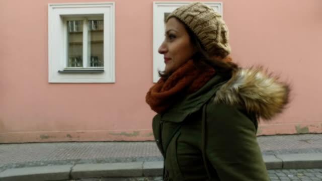 camminare per la strada - cappotto invernale video stock e b–roll