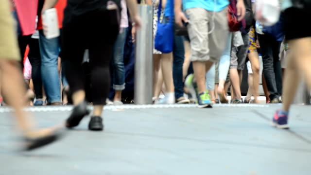 Andando os pés na rua movimentada da cidade de Singapura