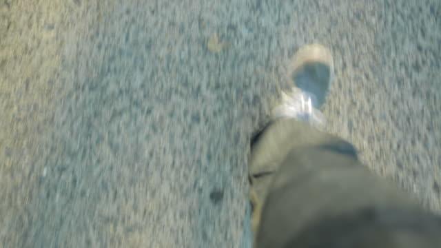 歩く足の夕暮れの遊歩道