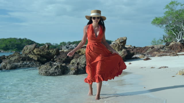vidéos et rushes de plaisir de marche - robe rouge