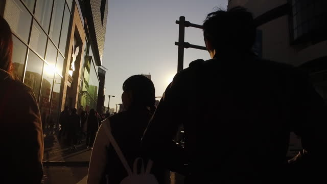 vídeos de stock, filmes e b-roll de pov,walking harajuku to shibuya in tokyo. - ponto de vista de caminhada