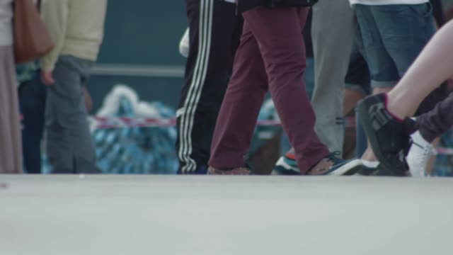 vidéos et rushes de walking in a crowd in super slow motion, close up of feet 3 - piéton