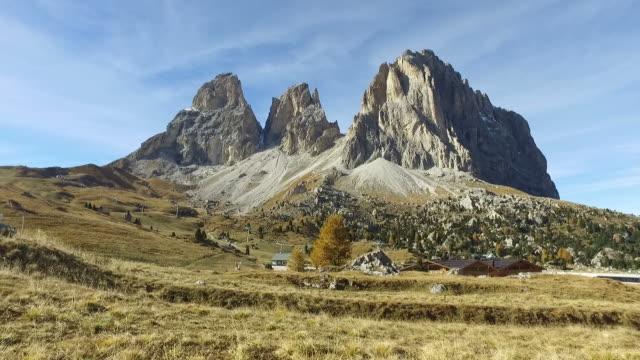 vídeos y material grabado en eventos de stock de caminar en dolomitas, italia - vacaciones en la nieve