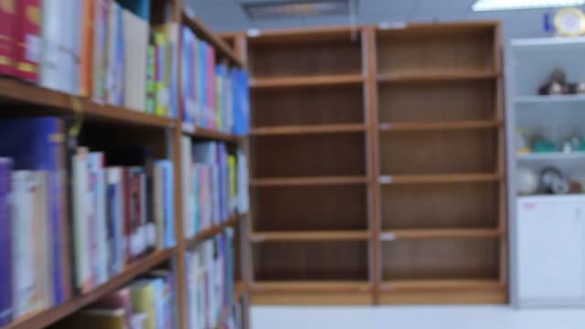 Zu Fuß in der Bibliothek