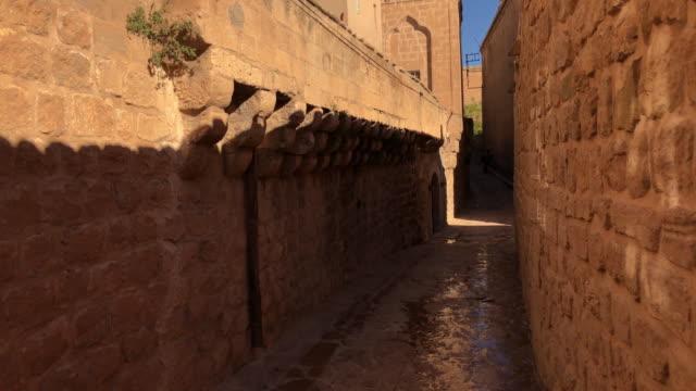 vídeos de stock, filmes e b-roll de caminhando nas ruelas da velha mardin, turquia - arcaico