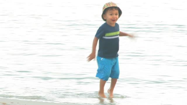 vidéos et rushes de marcher sur votre planche de surf 5 au 30f haute définition - casquette