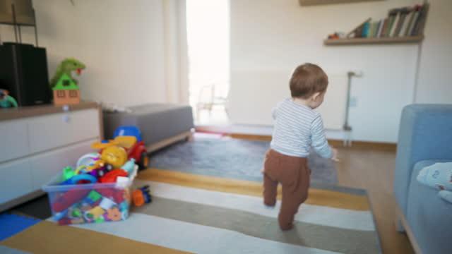 歩くのは楽しい! - 男の赤ちゃん一人点の映像素材/bロール
