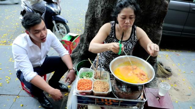 walking kitchen, ho chi minh city, vietnam - vietnam meridionale video stock e b–roll