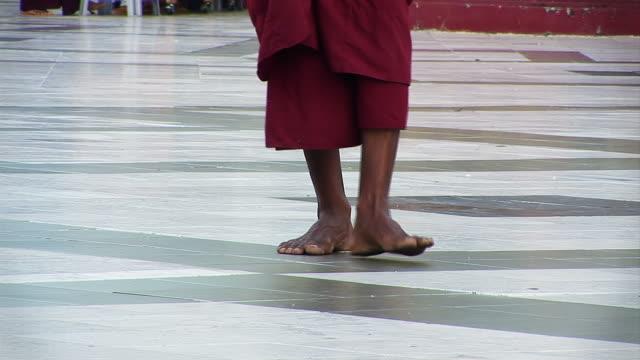 vídeos y material grabado en eventos de stock de pasos monje en meditación - planta del pie