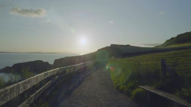 wandern auf der herbstküste, nordirland - nordirland stock-videos und b-roll-filmmaterial