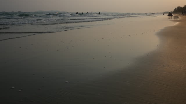 fuß am strand bei sonnenuntergang - waten stock-videos und b-roll-filmmaterial
