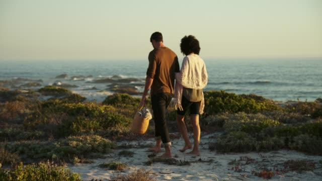 walking on beach - gemeinsam gehen stock-videos und b-roll-filmmaterial