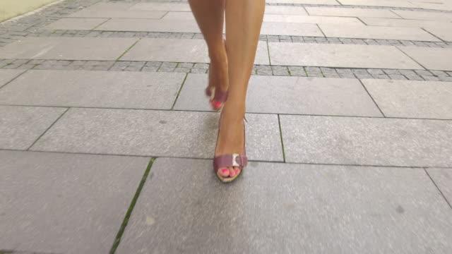 vidéos et rushes de marcher sur la rue de la ville - beaux pieds et femme