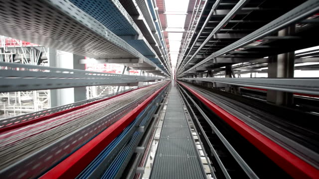 徒歩で工場プラットフォーム - 貯蔵タンク点の映像素材/bロール