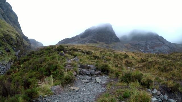 vidéos et rushes de walking on mountain path, isle of skye, scotland - highlands écossaises