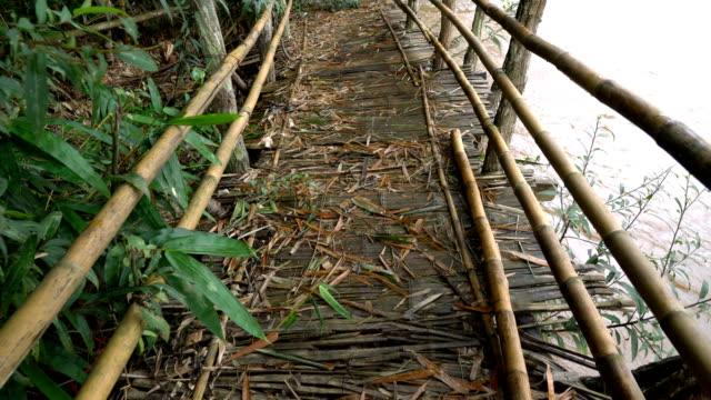 wandern auf alten bambus-brücke. - hängebrücke stock-videos und b-roll-filmmaterial