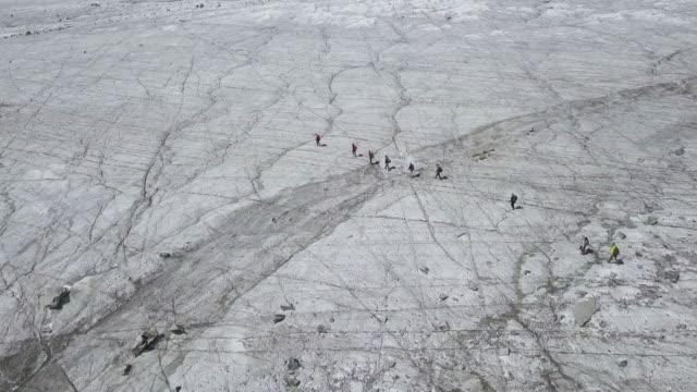 wandern auf dem potanin-gletscher in der mongolei - gärtnerisch gestaltet stock-videos und b-roll-filmmaterial
