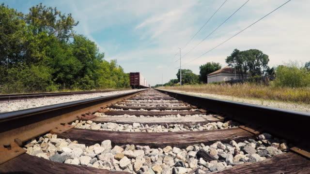 wandern auf eisenbahnschienen - 4k - nah stock-videos und b-roll-filmmaterial