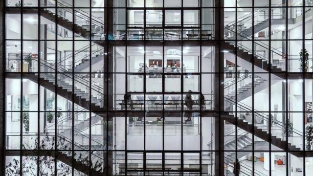 vídeos y material grabado en eventos de stock de t/l zi caminando por las escaleras en la noche - bloque de oficinas