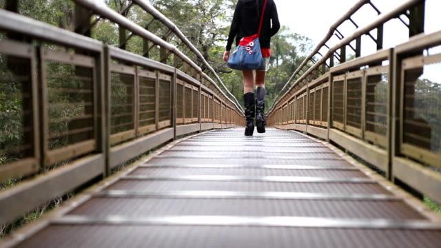 Mädchen zu Fuß auf die Brücke
