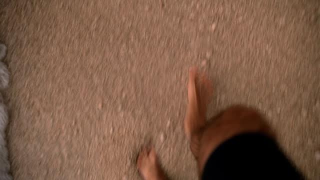 vídeos de stock, filmes e b-roll de andar sobre as ondas - dedo do pé humano