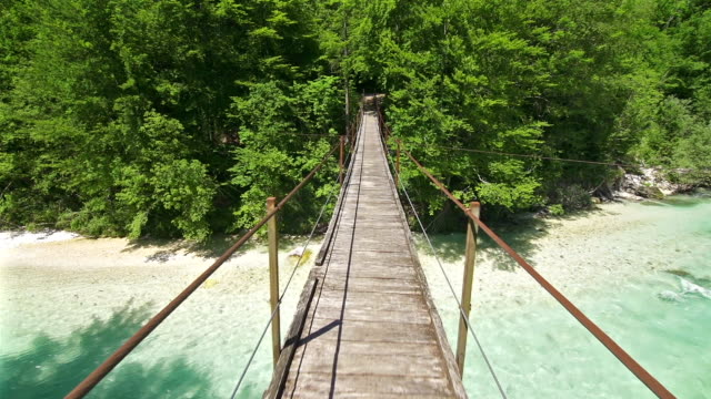 stockvideo's en b-roll-footage met walking over a hanging bridge - exploratie