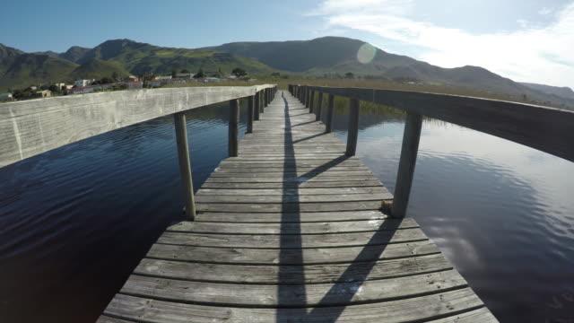 Caminar sobre un puente colgante POV