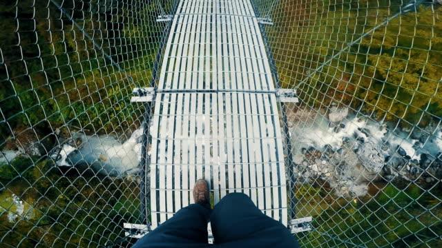 Wandelen over brug