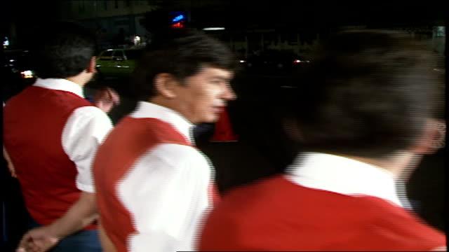 vídeos de stock, filmes e b-roll de pov walking past valets cops and fans in los angeles california - mordomo equipe doméstica