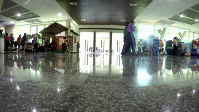 走路的人在購物博覽會購物 - high street 個影片檔及 b 捲影像