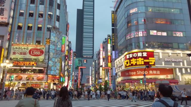 vídeos de stock e filmes b-roll de 4k .walking point of view . crowd on kabukicho at night, tokyo , japan . - bairro de shinjuku