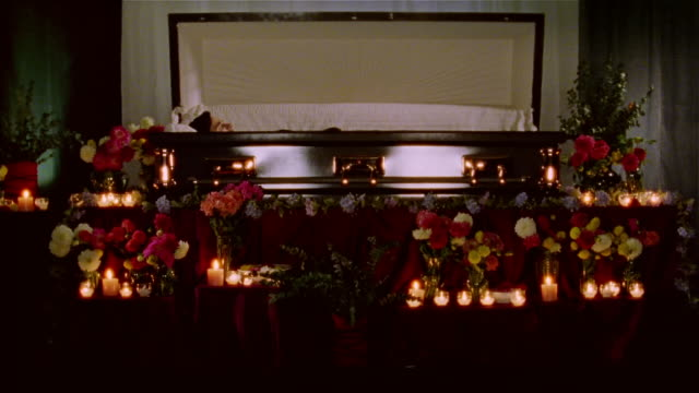 stockvideo's en b-roll-footage met walking point of view of mourner approaching open casket at funeral - doodskist