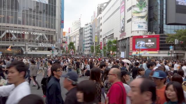 4k gång synvinkel människor som går genom shibuya korsningen i tokyo, japan. - visuellt hjälpmedel bildbanksvideor och videomaterial från bakom kulisserna