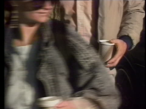 stockvideo's en b-roll-footage met walking shot of people carrying coffee cups in seattle, washington. no faces are present in the shot - you just see folks from the neck down holding... - koffiekop