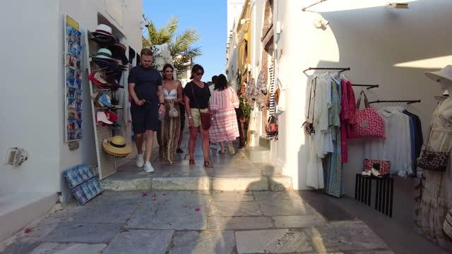 vídeos de stock e filmes b-roll de walking the in the busy streets in oia, santorini - oia santorini