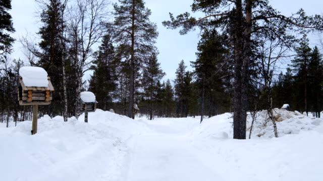 stockvideo's en b-roll-footage met wandelen de weg naar kleine stad in sneeuwt dag. winter in lapland - brievenbus huis
