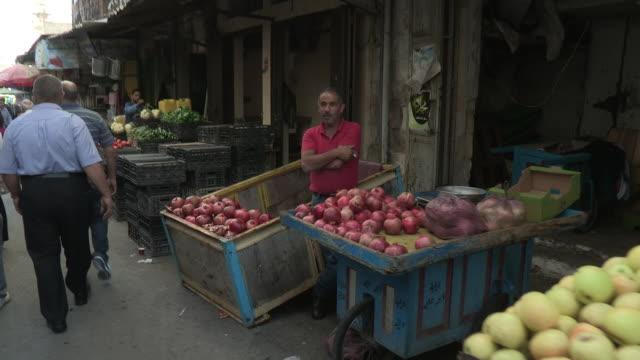 vidéos et rushes de walking through a market, balata refugee camp, palestine - parpaing