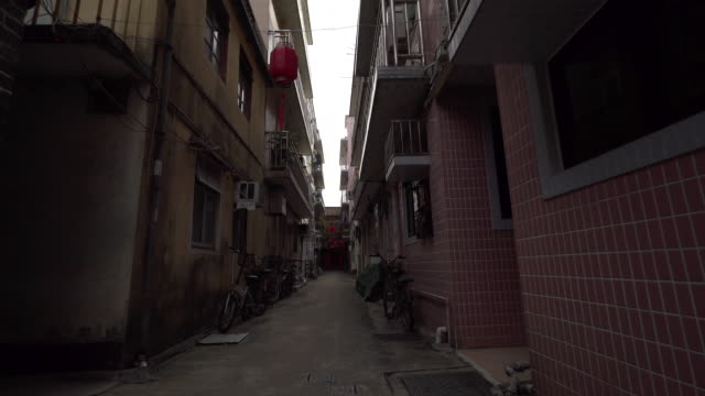 vidéos et rushes de walking through alleyway in hong kong, pov - étroit
