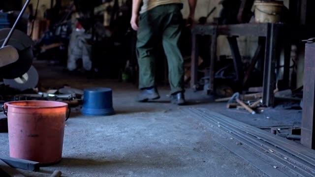 鍛冶屋ワーク ショップを歩いてください。 - 金属点の映像素材/bロール