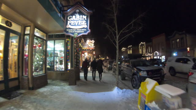 vidéos et rushes de walking through breckenridge, ski resort usa - colorado