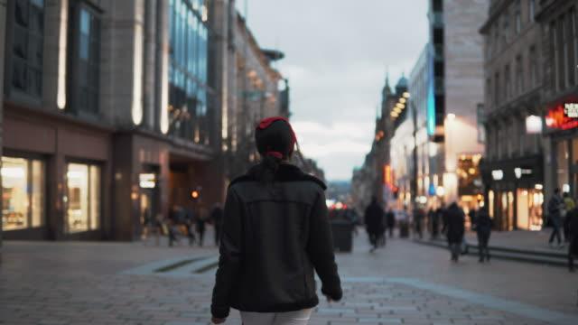 vídeos de stock e filmes b-roll de walking through buchanan street - glasgow escócia
