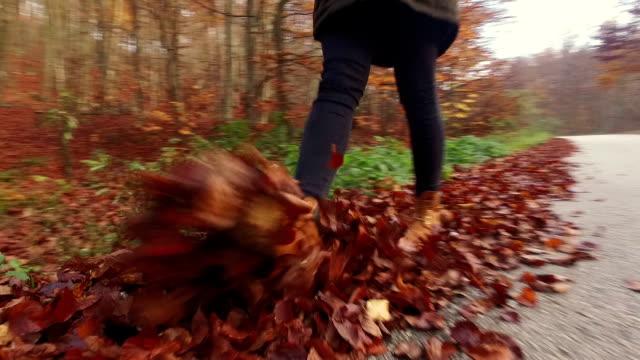 vídeos y material grabado en eventos de stock de caminar a través de hojas. cámara lenta - sólo una adolescente