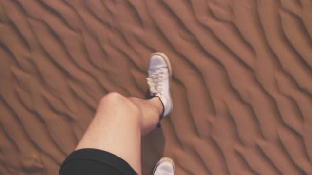 vídeos y material grabado en eventos de stock de caminando por las dunas de arena en el desierto - omán