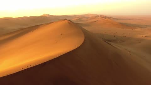 vidéos et rushes de marchant dans le désert namibien - désert