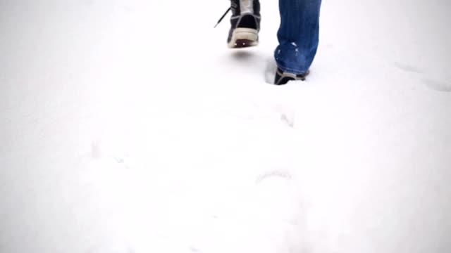 vídeos de stock, filmes e b-roll de caminhada pela neve - pegada